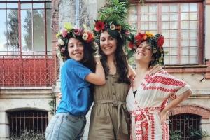 Oleru muižā sieviešu vokālais trio Les Itinérantes