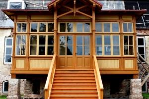 Atjaunojot oleru muižas koka verandu